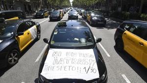 Vista de los taxistas de Barcelona ocupando la Gran Via.