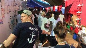 Voluntarios de Médicos sin Fronteras desembarcan en Malta a los inmigrantes recogidos por el 'Ocean Viking'.