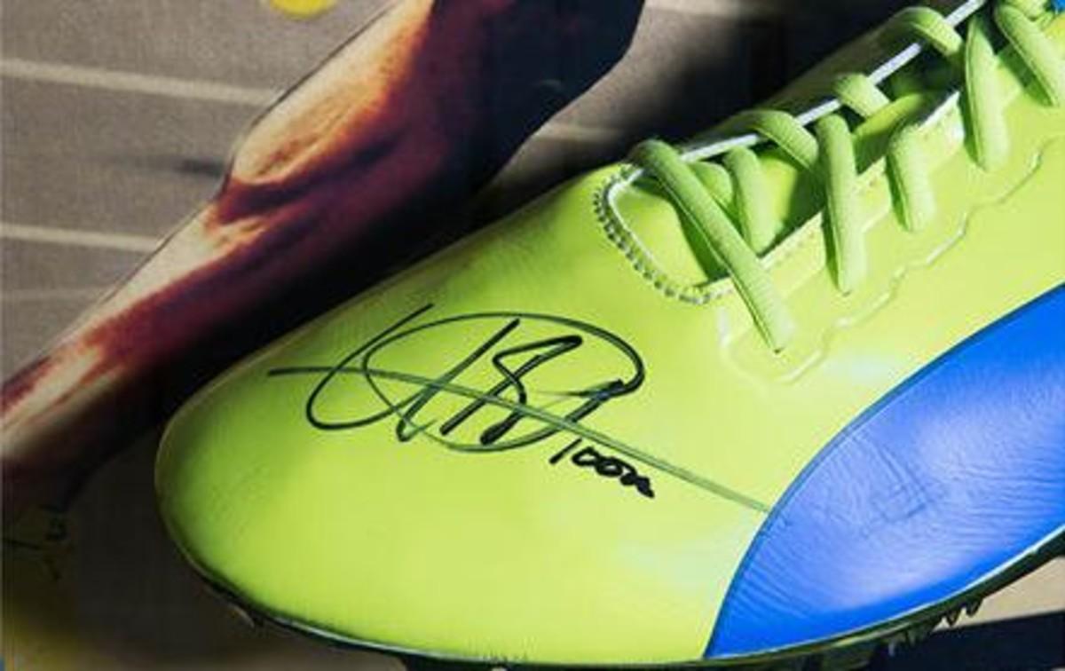 Subastan una zapatilla de Bolt por 16.000 euros