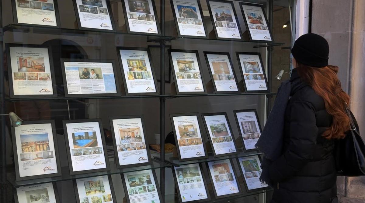 Anuncios de viviendas en venta y alquiler en Barcelona, en enero pasado.