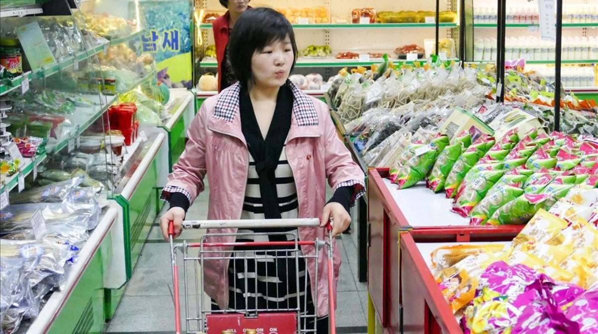 Una joven en el supermercadoPothonggang de Pyongyang.
