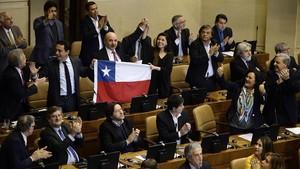 Congresistas chilenos celebrando la aprobación de la ley en el interior del Congreso Nacional en Valparaiso, Chile