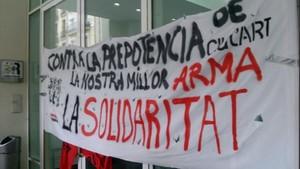 ElMuseu d'Art Contemporani de Barcelona (Macba) cerrado y con pancartas de protesta en sus puertas.