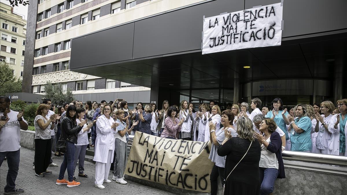 Concentración de personal sanitario en paro en el Hospital del Sagrat Cor, de Barcelona.