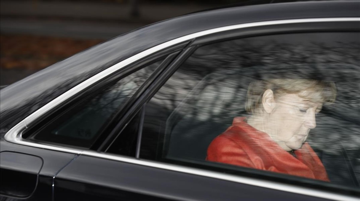 Merkel abandona en coche la residencia del presidente de Alemania.