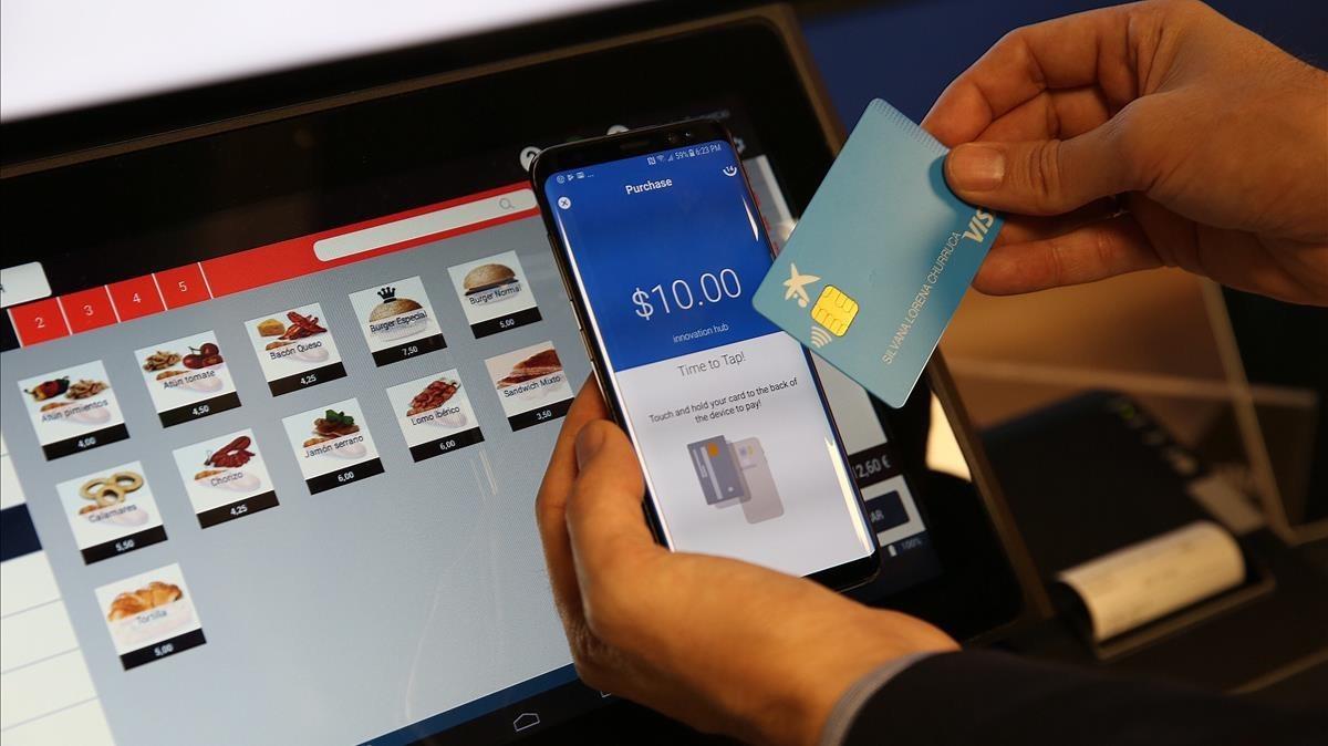 Un usuario haciendo la compra con la app de CaixaBank.