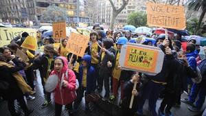 Protesta de las familias del colegio Els Encants ante la sede del Consorci dEducació por el instituto Angeleta Ferrer.