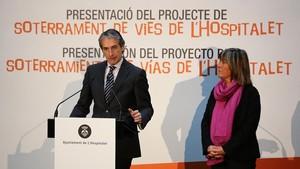 El ministrede Foment,Inigo de la Serna, i l'alcaldessa de l'Hospitalet,Nuria Marin,han presentatel plaper al soterramentde lesvies del tren a la ciutat.