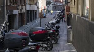 Calle de Francolí. Motos aparcada en batería en una acera de menos de tres metros. No deberían estar ahí.