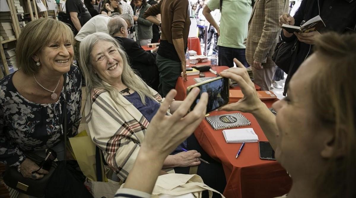 Mary Beard posa junto a su traductora Silvia Furióen la Rambla de Catalunya.