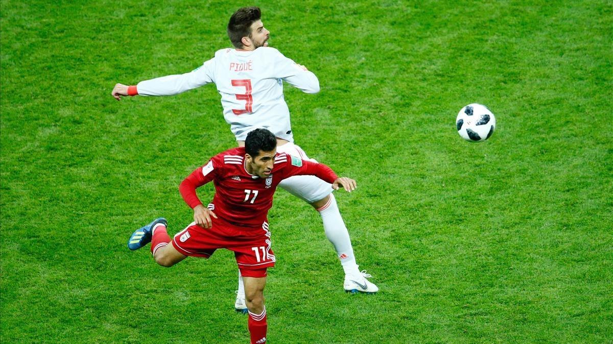 Pugna de Amiri y Piqué durante el Irán-España del Mundial (0-1).