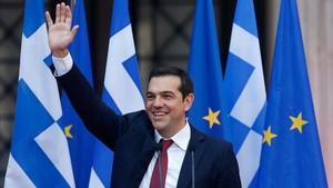 El primer ministro griego, Alexis Tsipras, se puso por primera vez una corbata para celebrar el final del rescate.
