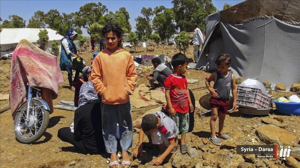 Desplazados procedentes dela provincia de Daraa que se han refugiadoen el campo de Quneitra, cerca de los Altos del Golán ocupados por Israel, esta semana.