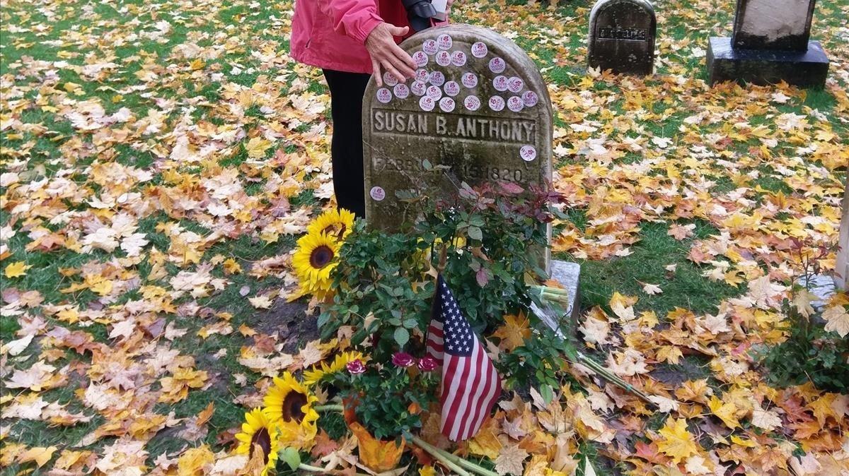 La lápida de Susan B. Anthony, cubierta de pegatinas Yo voté.