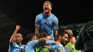 Gundogan celebra sobre la montaña de futbolistas el 3-1 ante el United.