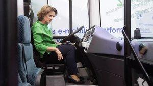 Teresa Ribera, al mando de un autobús eléctricodurante la inauguracion delSalon Iwater 2018.
