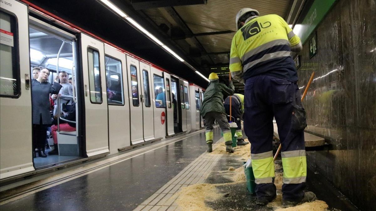 Agua en la estación de metro de Vallcarca, ayer por la mañana.