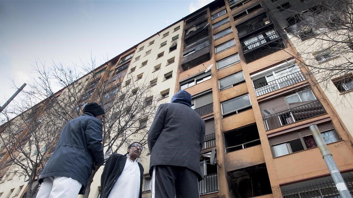 Vecinos de Badalona, ante el edificio incendiado en Sant Roc.
