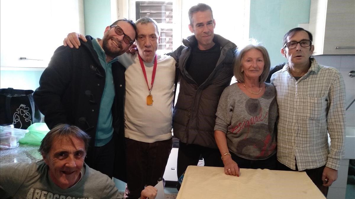 AUTONOMÍA DIARIA. Tres usuarios de uno de los pisos tutelados en la ciudad de Trieste, con los técnicos y la experta de apoyo.