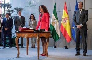La nueva consejera de IgualdadPolíticas Sociales y ConciliaciónRocío Ruiz,toma posesión de su cargo ante el presidente de la Junta de Andalucía, en enero.