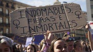 Una manifestante sostiene una pancarta durante la concentración estudiantil del pasado 8-M de Barcelona