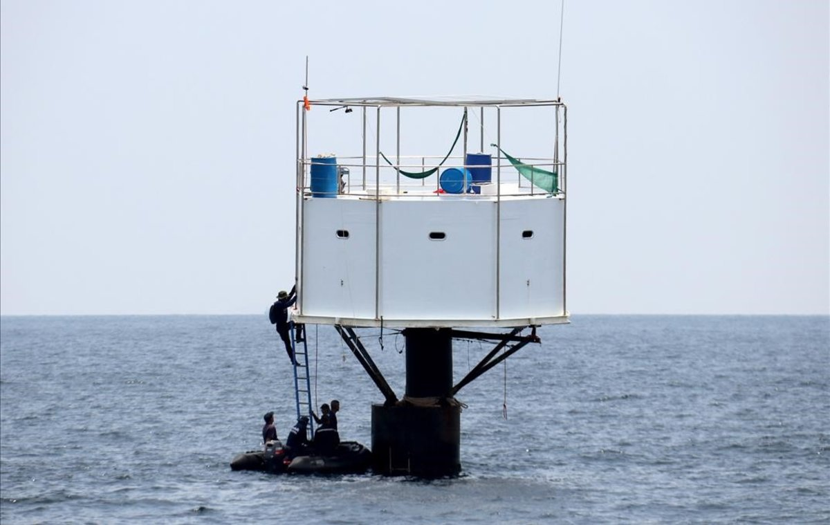 Una parella s'enfronta a la presó per haver fet una casa enmig del mar
