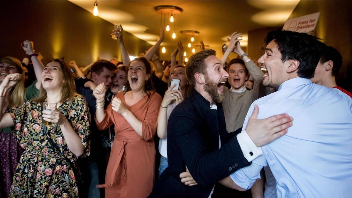 Laboristas del PvdA de Frans Timmermans celebran los resultados de los sondeos el pasado jueves en La Haya (Países Bajos).