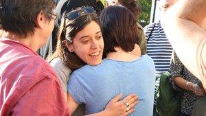La candidata de la CUP-Capgirem Barcelona, Anna Saliente, recibe el apoyo de los miembros de su partido.