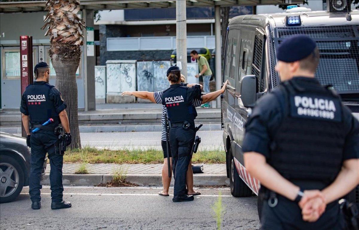 Cinc detinguts i més de 100 bombones de gas freó intervingudes durant una batuda de Mossos i Guàrdia Civil