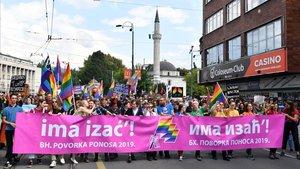 2.000 manifestantes inundan las calles de Sarajevo en la primera marcha del Orgullo LGBTI de la historia del país