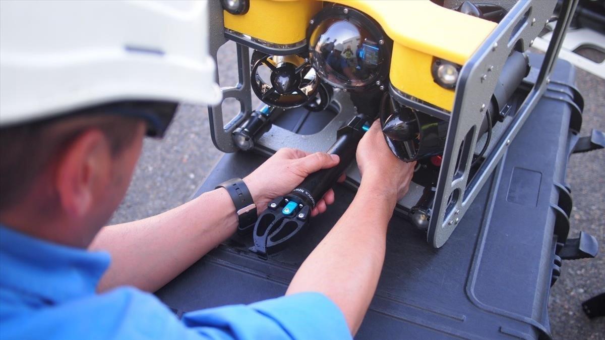 Un operariotrabaja en el robot de mantenimiento de Endesa.