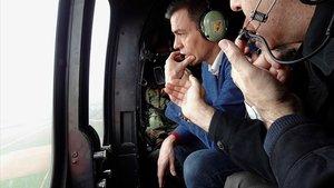 Pedro Sánchez sobrevuela en helicóptero la costa de Murcia afectada por el temporal 'Gloria', este sábado.