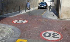Una calle señalizada como zona 30 en elbarrio de Sant Andreu.