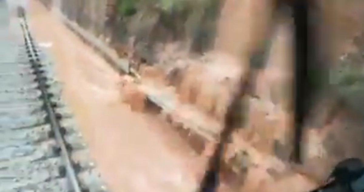 Captura del vídeo del día anterior al accidente en que se ve como el agua inunda parte de la vía y arrastra tierra.