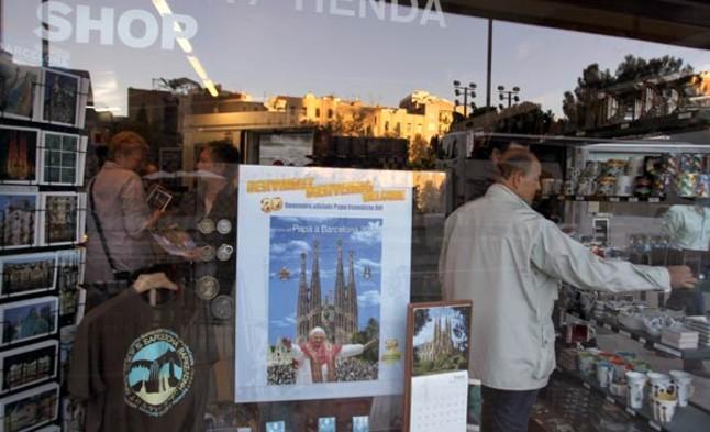 Carteles en las tiendas de recuerdos en los aledaños del templo de la Sagrada  Familia anuncian 3ad472854ca