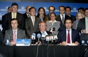José María Ruiz Mateos (centro) con algunos de sus hijos y directivos