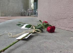 Una rosa dejada por los vecinos en el lugar en el que cayeron las niñas