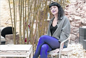 La escritora Roser Amills, en el jardín del bar ParísTaxi (Riera de Sant Miquel, 23), donde suele escribir.