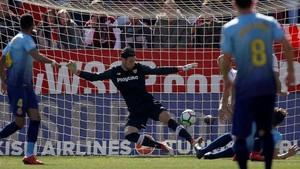 El portero del Sevilla Sergio Rico saca un balón al central del Girona Bernardo Espinosa.