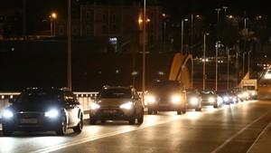 Cola de coches para llegar al ferry de Balearia.