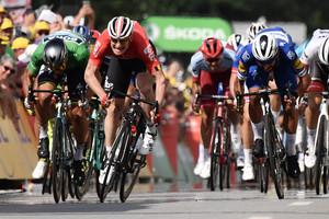 Fernando Gaviria triunfa ante André Greipel (de rojo) y Peter Sagan (de verde), en la cuarta etapa del Tour.