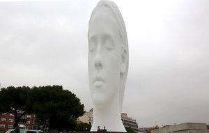 La escultura'Julia' del artista catalán Jaume Plensa, en la Plaza de Colón.