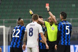 Momento de la expulsión del interista Arturo Vidal ante el Real Madrid.
