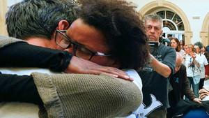 abrazo entre el padre de Gabriel y su pareja, Ana Julia