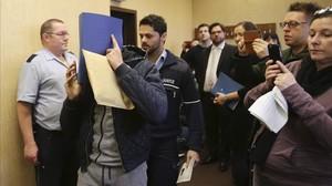 Un acusado se cubre el rostro en los juzgados de Colonia, a su llegada a la vista, este miércoles.