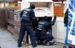 Agentes de la policía especial alemana durante una operación de búsqueda en Berlín