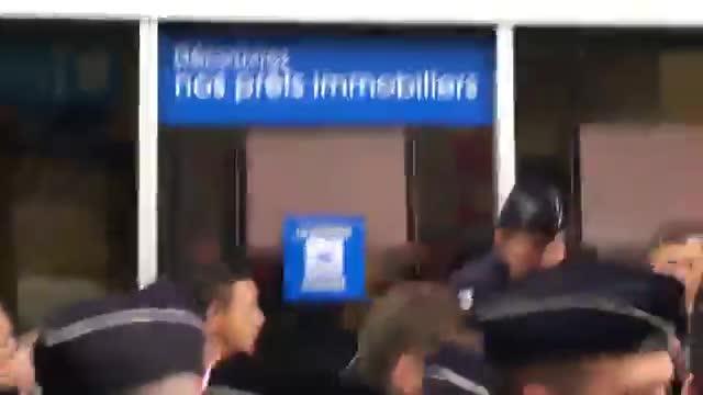La agresión con huevos contra el ministro de Economía francés, Emmanuel Macron, en Montreuil.