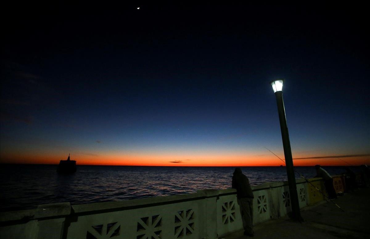 Amanecer sobre el río de la Plata en Buenos Aires, Argentina.