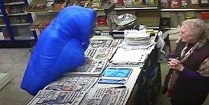 A bastonades: així espanta una octogenària el lladre que volia robar a la seva botiga