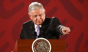 Andrés Manuel López Obrador cede el turno de palabra durante una rueda de prensa en el Palacio Nacional, este noviembre.